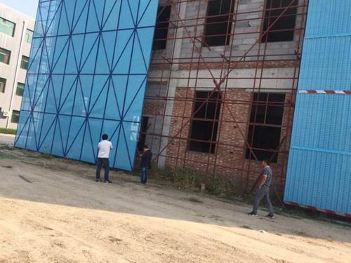 山东潍坊商业大厦爬架网工程